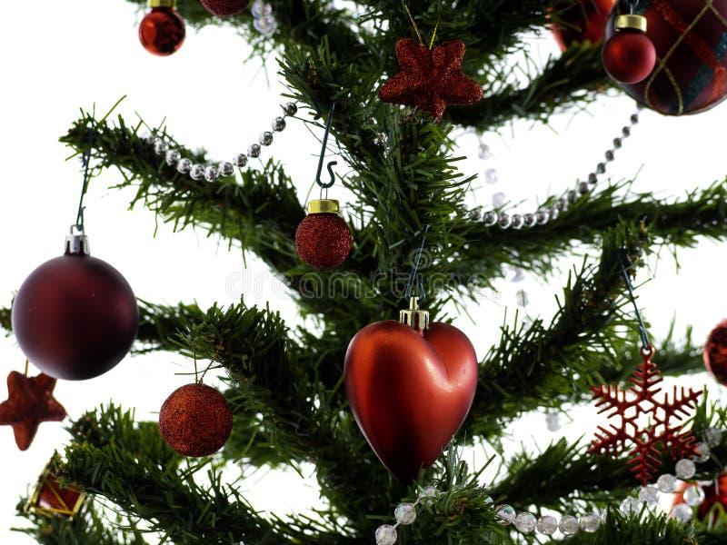 De grote die Kerstboom met sterren wordt verfraaid en de mooie rode ballen vieren het festival royalty-vrije stock fotografie
