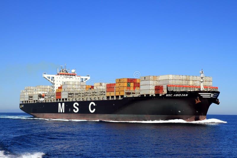 De grote doctorandus in de exacte wetenschappen ABIDJAN die van het containerschip in open wateren varen stock afbeelding