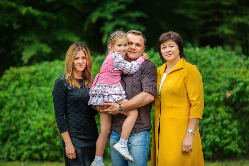 De grote familie stelt in een tuin royalty-vrije stock afbeeldingen