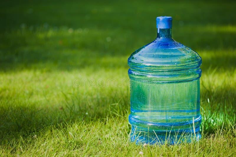 De grote fles van het water op gras stock foto afbeelding 25834312 - Groen behang van het water ...