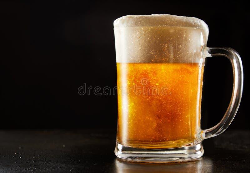 De grote gekoelde glasmok van bruisend schittert bier royalty-vrije stock afbeelding