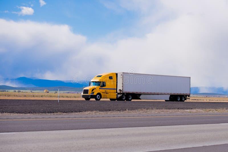 De grote gele aanhangwagen van de installatie semi vrachtwagen op weg in Utah stock foto