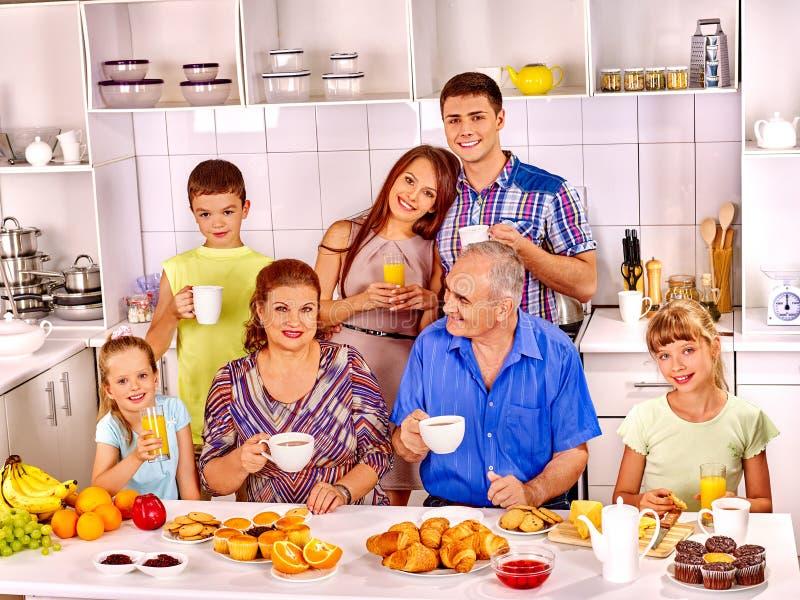 De grote gelukkige familie heeft ontbijt stock foto's