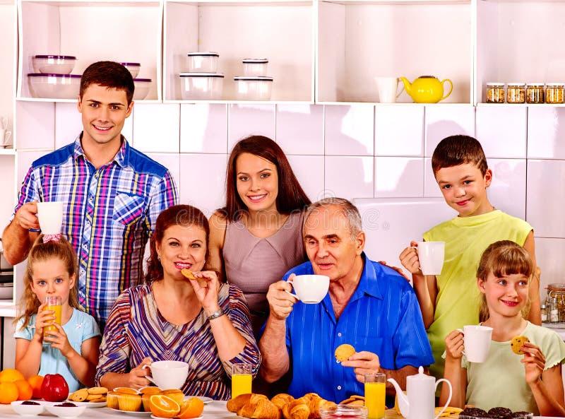 De grote gelukkige familie heeft ontbijt stock fotografie
