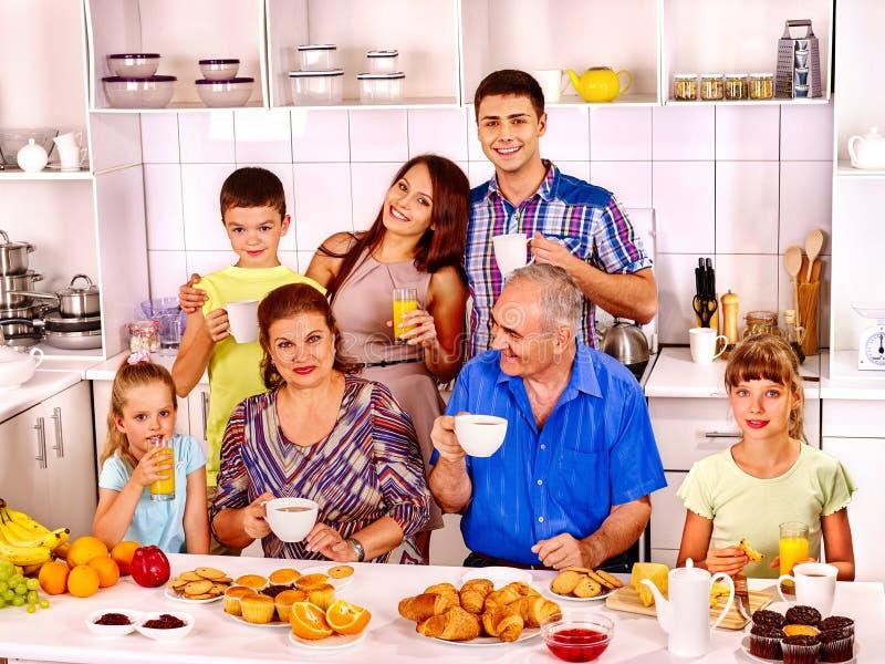 De grote gelukkige familie heeft ontbijt stock afbeelding