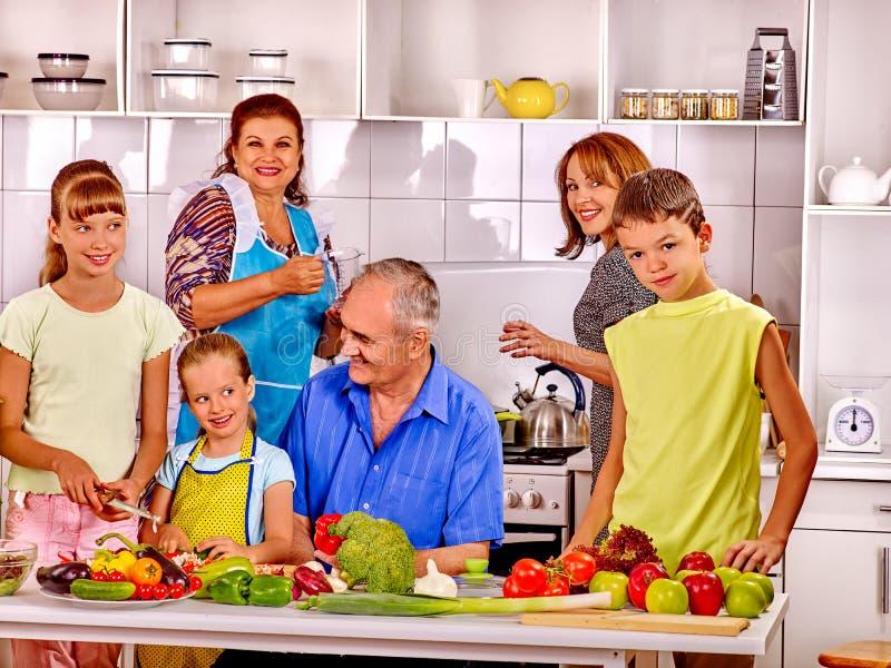 De grote gelukkige familie heeft ontbijt stock foto