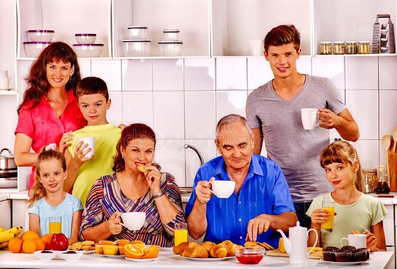 De grote gelukkige familie heeft ontbijt stock afbeeldingen