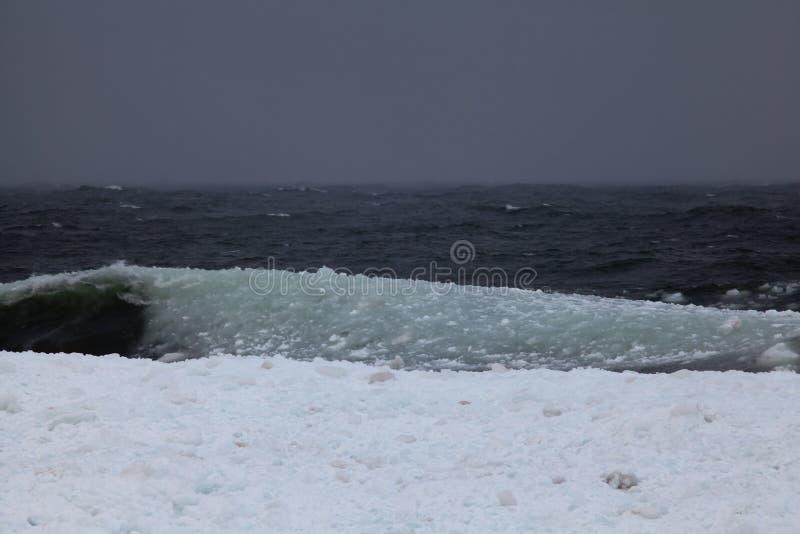 De grote golven van slushy ijs raken kust van Meermeerdere royalty-vrije stock fotografie