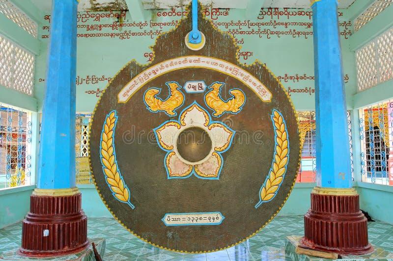 De grote gong in de pagode van de Kropdaw van gebiedsshwe of Shwemawdaw-pagode is heilige eerbiedpagode 1 van 5 heilige plaatsen stock afbeelding