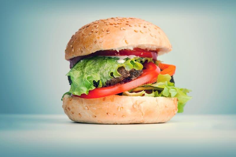 De grote hamburger legt op de lijst royalty-vrije stock afbeelding
