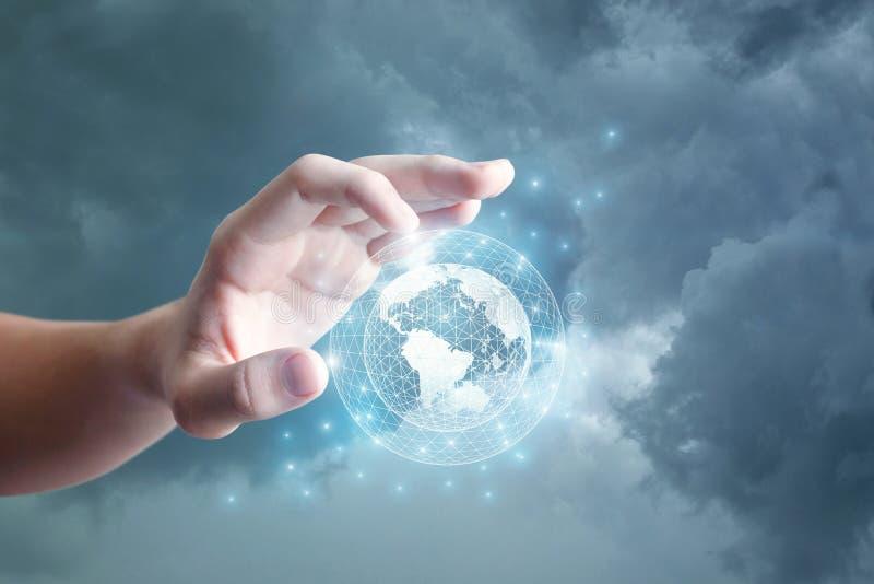 De grote hand klikt op het mondiale net stock fotografie