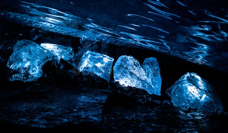 De grote ijsblokken staken omhoog binnen een ijshol diep aan binnen Spenc stock afbeelding