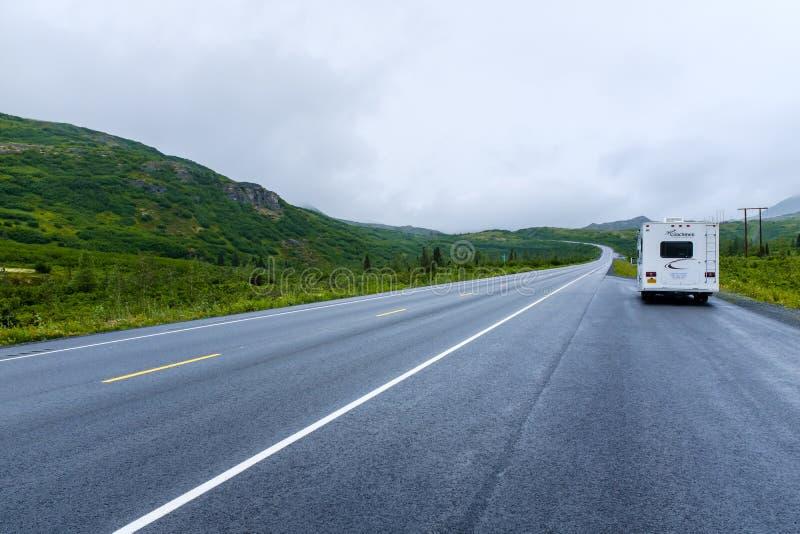 De grote kampeerauto parkeerde aan een kant van een weg in Alaska stock foto's