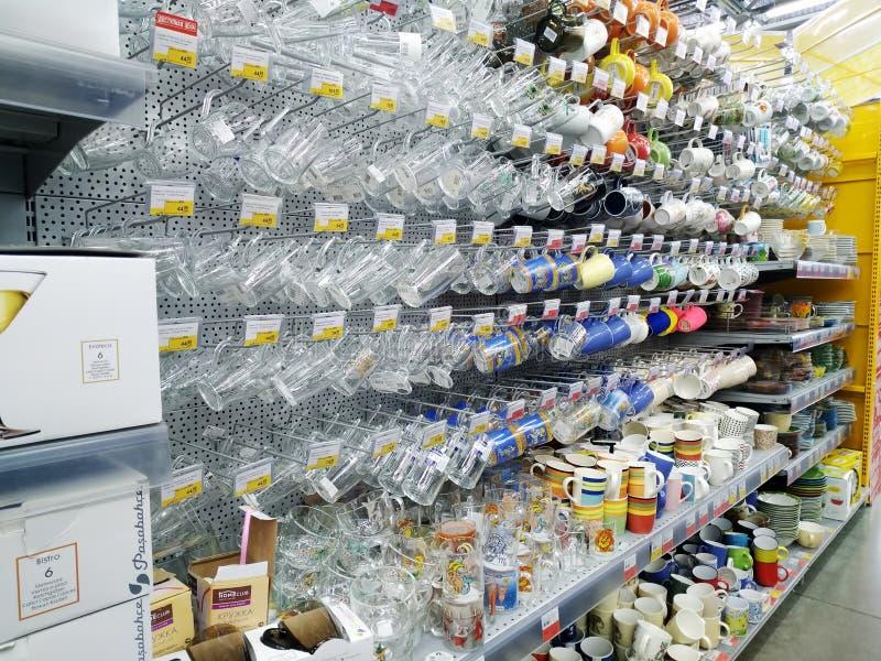 De grote keus van diverse glaskoppen en de mokken worden verkocht in hypermarket stock afbeeldingen