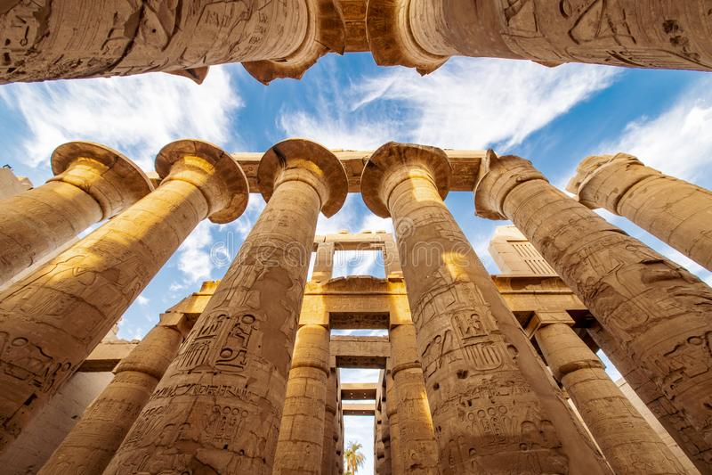 De grote kolommen bij de Karnak-Tempel in Luxor Thebes Egypte stock afbeelding
