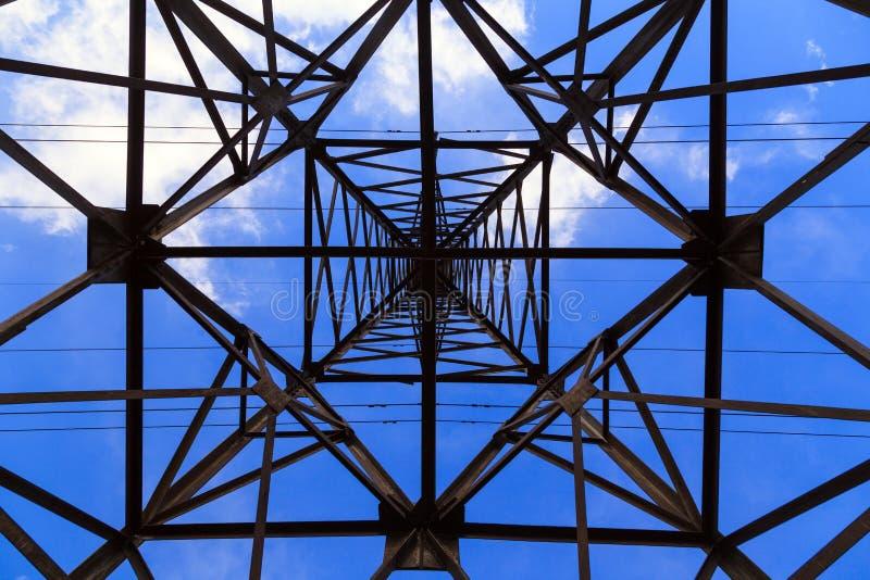 De grote lijn van de de hoogspanningsmacht van de transmissietoren, bodemmening Haz stock afbeeldingen