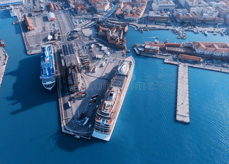 De grote lijnboten worden vastgelegd in de zeehaven van Livorno, Italië stock foto's