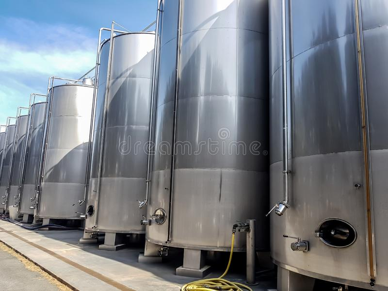 De grote metaaltanks voor de productie van wijn, worden opslag van vloeistoffen in grote volumes opgesteld royalty-vrije stock afbeeldingen