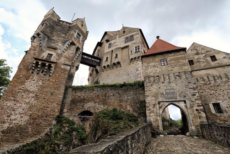 De grote middeleeuwse ingang van kasteelpernstejn stock foto's