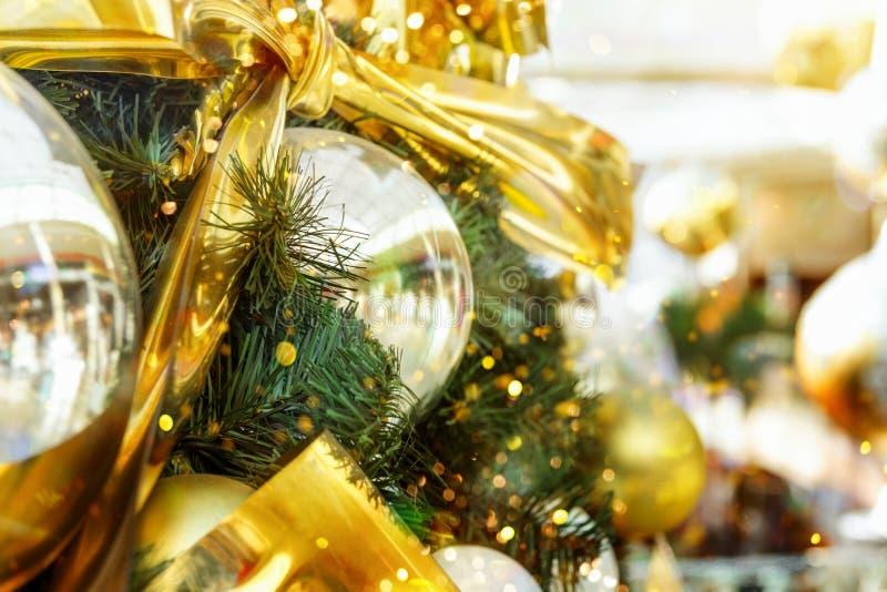 De grote mooie die Kerstboom met ornamenten gouden zilveren ballen wordt verfraaid buigt slinger het fonkelen lichten in Europese stock afbeeldingen