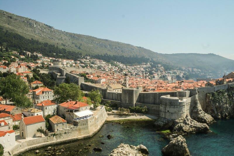 De grote Muren van de Oude die stad van Dubrovnik, Kroatië, van hierboven met Adriatic wordt gezien zien op de achtergrond royalty-vrije stock foto