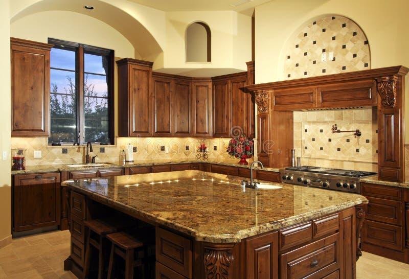 De grote nieuwe keuken van het huis van het herenhuis royalty vrije stock afbeeldingen - Keuken uitgerust m ...