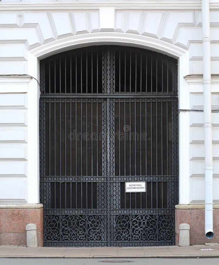 De grote openwork poort van het metaalsmeedijzer stock afbeelding