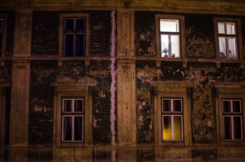De grote oude bouw in de stad stock fotografie