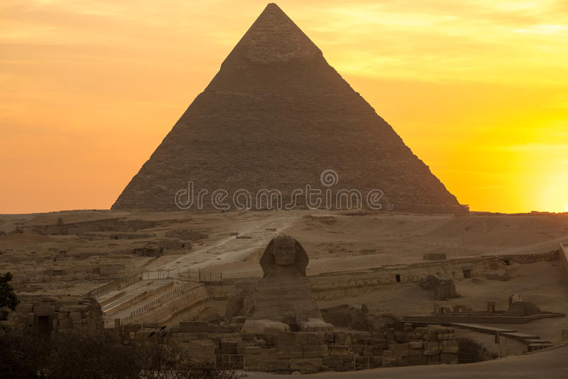 De Grote piramide op zonsondergang stock foto's