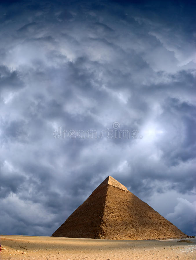 De grote Piramide van Cheops in Giza, Stormachtige Hemel stock foto