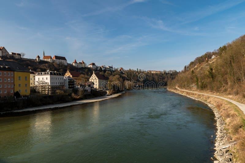 De grote rivier Salzach met het oog op het kasteel van Burghausen stock fotografie