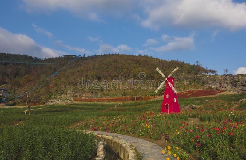 De grote rode windmolen in de westelijke toneelvlek stock foto