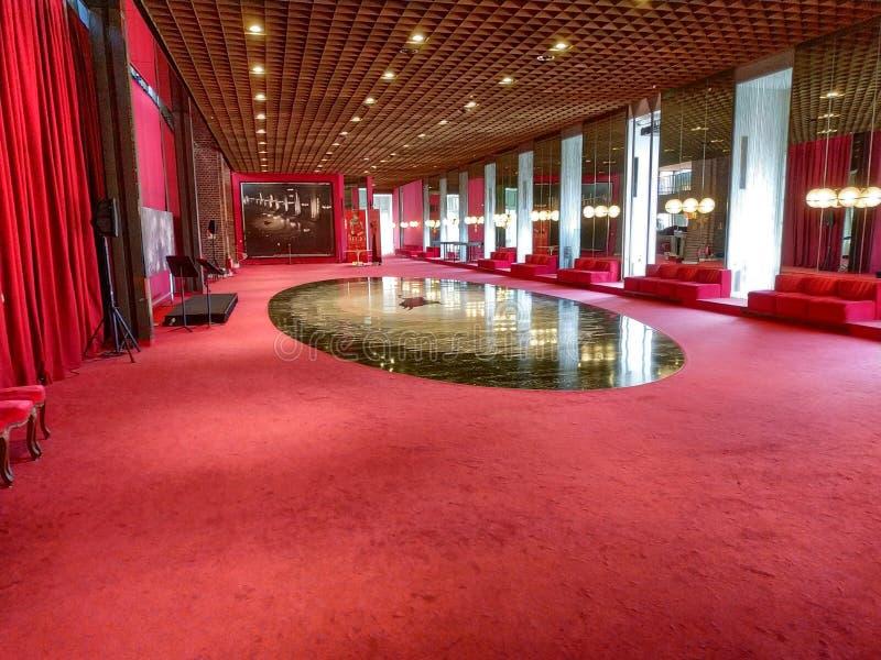 De grote ruimte op het parterre heeft een stier op de vloer royalty-vrije stock fotografie