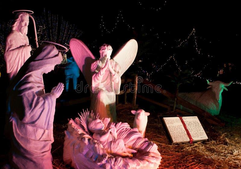 De grote Scène van de Geboorte van Christus van het Standbeeld bij Nacht royalty-vrije stock fotografie