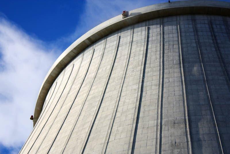 De grote schoorsteen van de elektrische centrale stock foto's