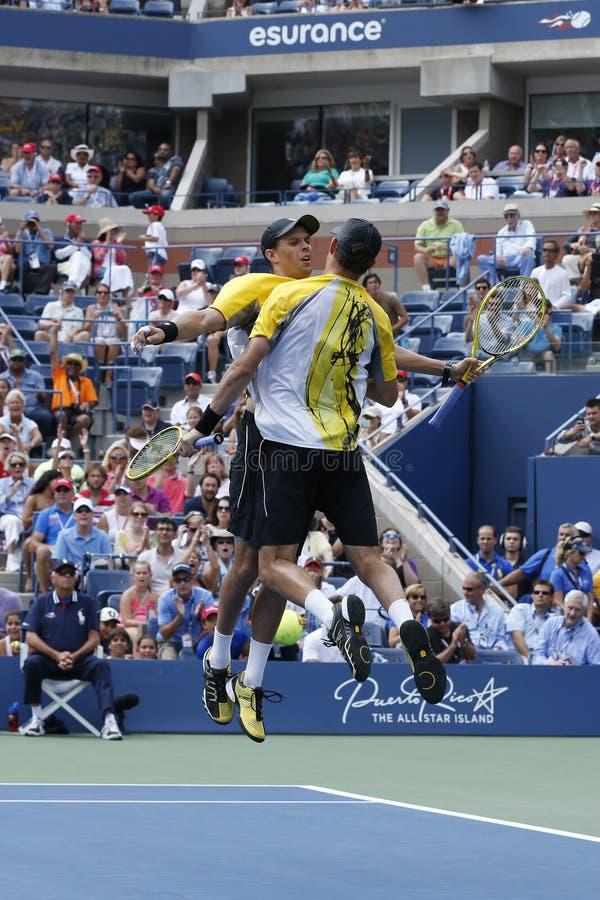 De grote Slagkampioenen Mike en Bob Bryan tijdens derde ronde dubbelen passen bij US Open 2013 aan stock afbeelding