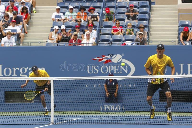 De grote Slagkampioenen Mike en Bob Bryan tijdens derde ronde dubbelen passen bij US Open 2013 aan royalty-vrije stock foto