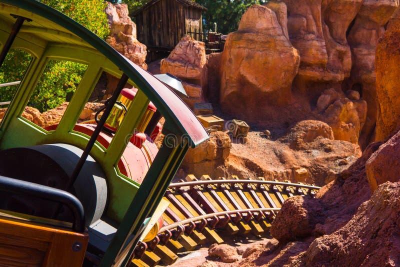 De grote Spoorweg van de Donderberg in Disneyland stock afbeeldingen