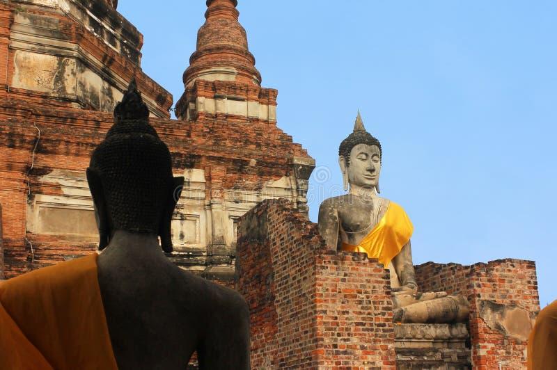 De grote standbeelden van Boedha in de oude tempel Wat Phra Sri Sanphe Ayutthaya, Thailand stock foto's