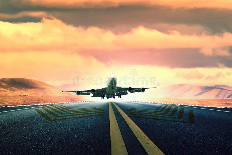De grote start van het passagiersvliegtuig van luchthavenbaan stock foto's
