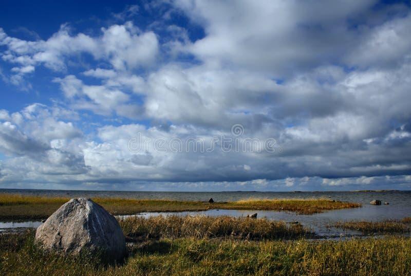 De grote steen bij golfkust stock afbeelding