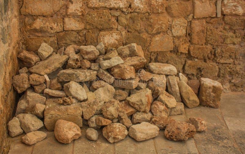 De grote stenen stapelden zich op en verouderden stock fotografie