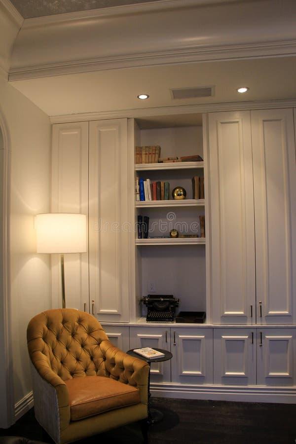 De grote stoel op z'n gemak die in hoek van bibliotheek, het Adelphi-Hotel, Saratoga wordt geplooid springt, New York, 2018 op stock afbeelding