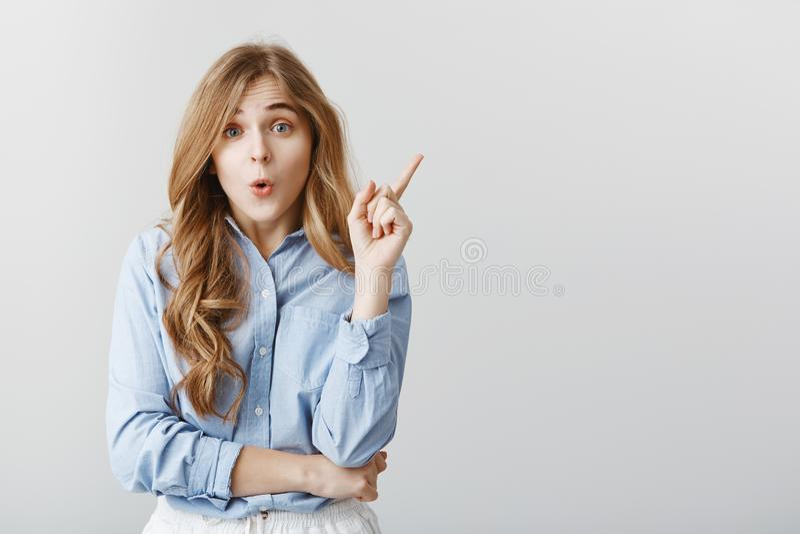 De grote suggestie kwam aan meisjesmening Studioportret van aantrekkelijke creatieve Europese vrouwelijke het opheffen wijsvinger royalty-vrije stock foto's