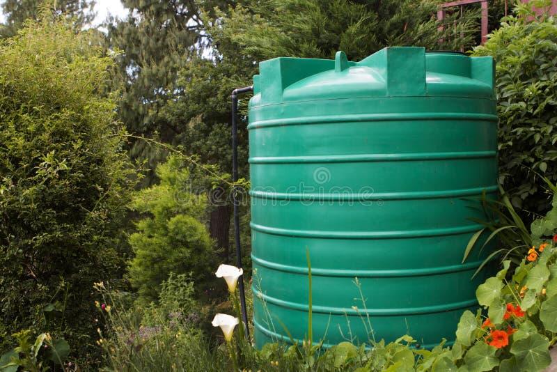 De grote tank van de wateropslag in een tuin royalty-vrije stock afbeelding