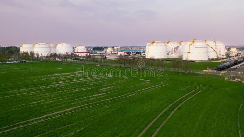 De grote tanks van de raffinaderijenolie stock foto