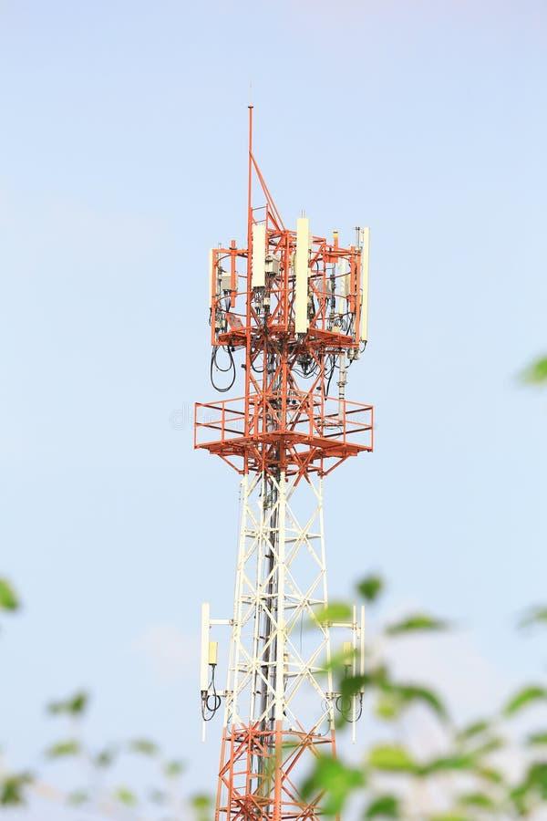 De grote telecommunicatietoren met blauwe hemel stock afbeelding