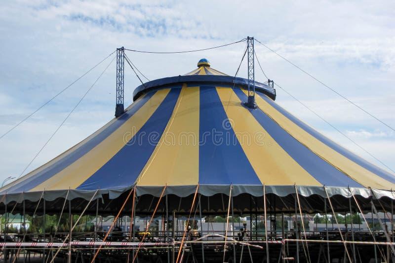 De grote tent van het nonamecircus onder een bewolkte hemel stock foto's