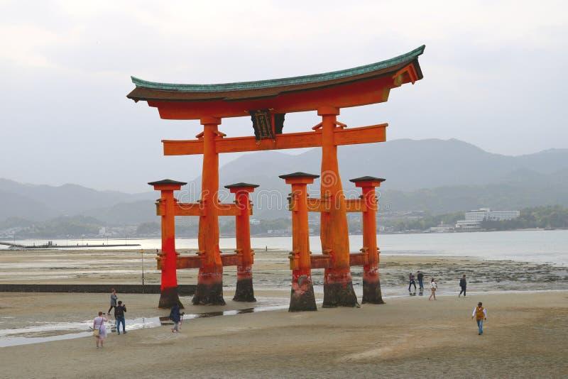 De grote toriipoort at low tide royalty-vrije stock foto's