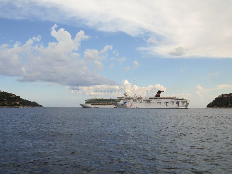 De Grote Vakantie van Ibero van cruiseschepen en Royal Caribbean-Vrijheid van het Overzees in de Villefranche-lagune royalty-vrije stock afbeelding